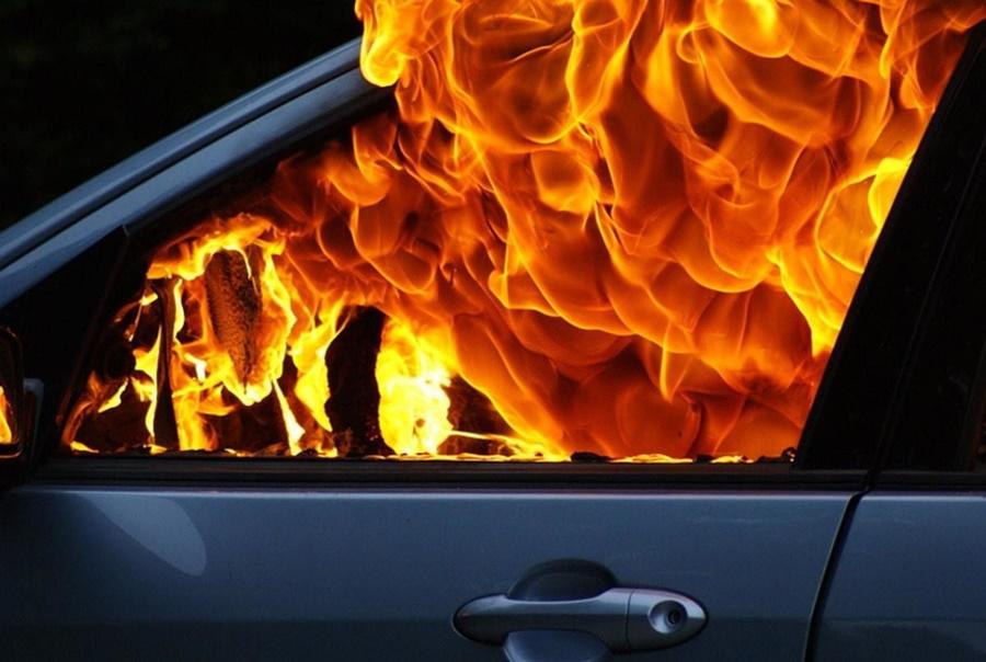 На проселочной дороге сгорел автомобиль