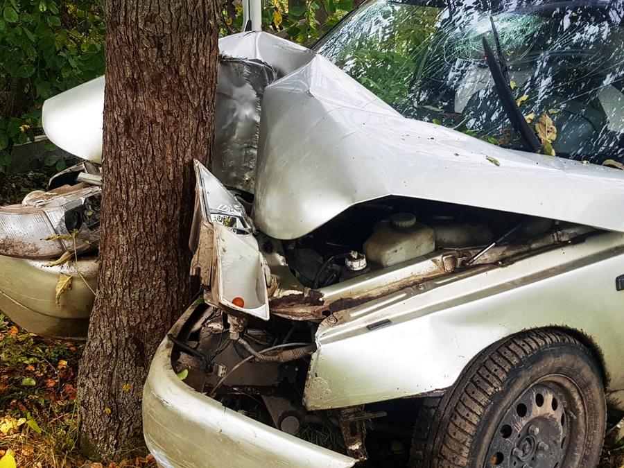 Угнал автомобиль и врезался в дерево