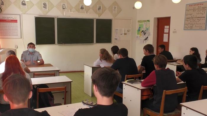 В Октябрьском районе сотрудники полиции провели профилактическую беседу со студентами по противодействию терроризму и экстремизму
